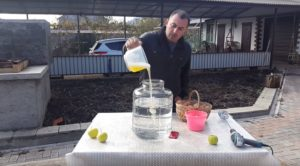 Смешивание 14 литров самогона и 10 яичных белков